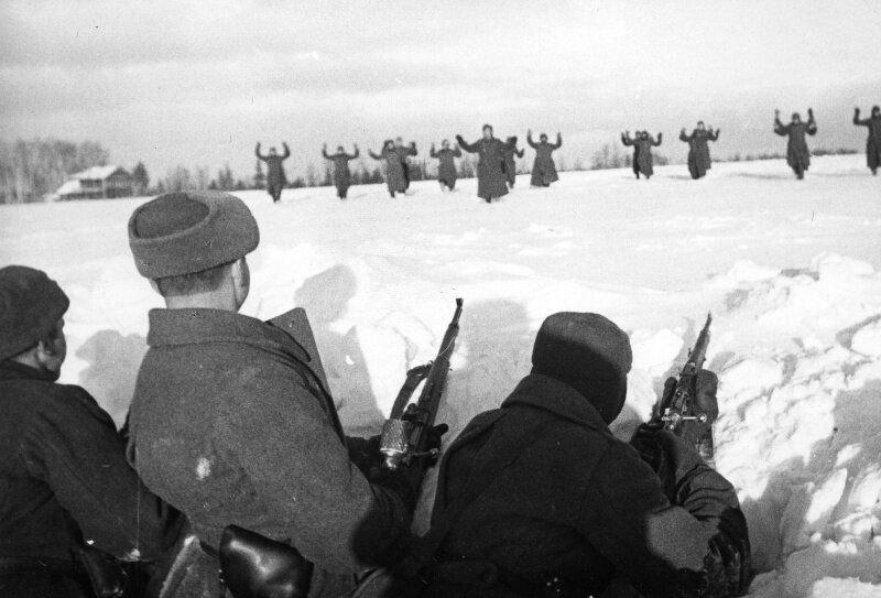 Немцы сдаются в плен советским солдатам во время Битвы за Москву. Фото в свободном доступе.
