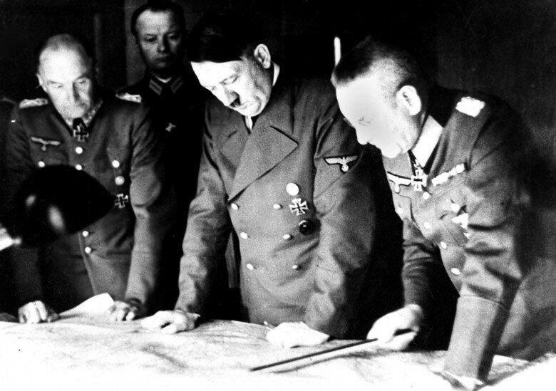 Адольф Гитлер, фельдмаршал фон Браухич и генерал Гальдер над картой СССР в августе 1941 года. Фото в свободном доступе.